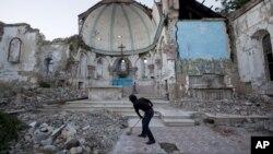 Người đàn ông đang quét dọn khu vực thuộc nhà thờ Công giáo Santa Ana đã bị đổ nát do 1 trận động đất, nơi ông hiện đang sống ở Port-au-Prince, Haiti, 12/1/2013