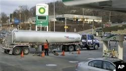 Một trạm xăng BP ở Pittsburgh, Pennsylvania bán 3,75 đôla một gallon, 28/2/2012