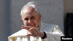 Đức Giáo Hoàng chào giáo dân khi ngài đến Quảng trường Thánh Phêrô trong buổi triều kiến chung hàng tuần tại Vatican