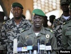 Le capitaine Sanogo lors d'une conférence de presse le 3 avril au camps militaire de Kati