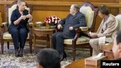 Tổng thống Algeria Abdelaziz Bouteflika (phải) hội kiến với Ngoại trưởng Mỹ Hillary Clinton tại Algiers, ngày 29/10/2012