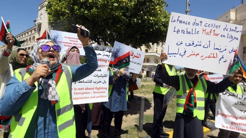 """Des manifestants libyens ont défilé en gilets jaunes à Tripoli pour dénoncer le """"soutien"""" de Paris à Haftar"""