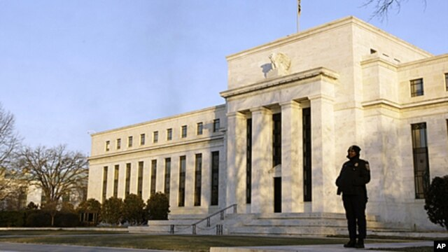 A guard stands outside the Federal Reserve Building in Washington, January 14, 2010 (file photo)
