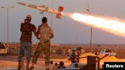 ພວກນັກຮົບ ຂອງກອງກຳລັງ ລີເບຍ ທີ່ເປັນພັນທະມິດ ກັບລັດຖະບານທີ່ໜູນຫຼັງໂດຍ ອົງການສະຫະປະຊາຊາດ ຍິງຈະຫຼວດໃສ່ພວກນັກຮົບ ລັດອິສລາມ ໃນເມືອງ Sirte, ລີເບຍ, 4 ສິງຫາ, 2016.