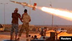 지난 4일 유엔의 지원을 받는 리비아 정부군 병사들이 시르테의 ISIL 목표물을 향해 로켓을 발사하고 있다. (자료사진)