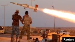 2016年8月4日,利比亚部队向苏尔特的伊斯兰国组织据点发射火箭。