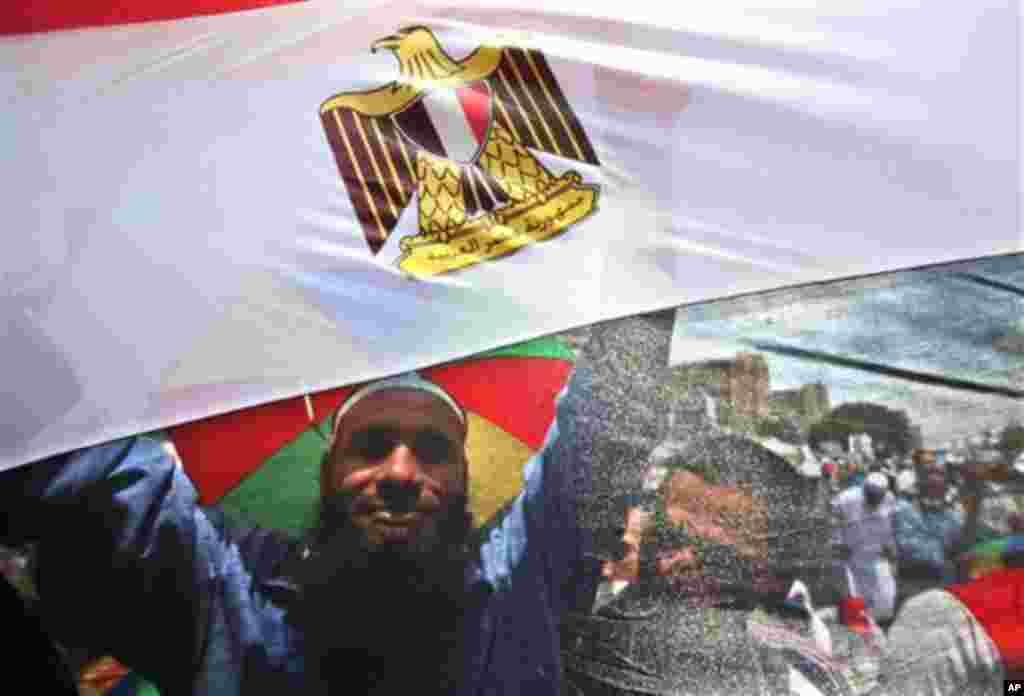 무함마드 무르시 전 이집트 대통령 지지자들이 19일 무르시의 복귀를 요구하며 카이로 거리를 행진하고 있다.