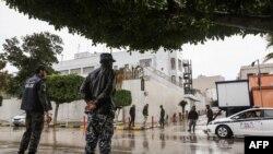 Les forces de sécurité libyennes montent la garde devant l'ambassade italienne à Tripoli le 10 janvier 2017.