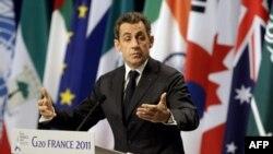 Tổng thống Pháp Nicolas Sarkozy phát biểu trong 1 cuộc họp báo tại hội nghị thượng đỉnh G20 ở Cannes, Pháp, Thứ năm, 3/11/2011