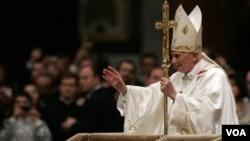 Paus Benediktus XVI menganjurkan umat Kristiani menghindari budaya konsumtif dan komersialisasi perayaan Natal (foto: dok).