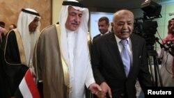 4일 사우디아라비아 리야드에서 열린 기부국 회의에 참석한 모함메드 살렘 바신드와 예멘 총리(오른쪽)와 이브라힘 알아사프 사우디아라비아 재무장관.