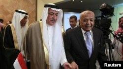 Perdana Menteri Yaman Mohammed Salem Basindwa (kanan) bersama Menteri Keuangan Saudi Arabia Ibrahim al-Assaf pada pertemuan donor internasional di Riyadh. (Foto: Reuters)
