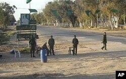 Un poste de contrôle des soldats gouvernementaux libyens près de Misrata