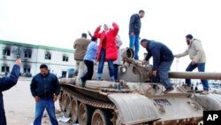 군 탱크를 차지한 리비아 시위대