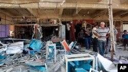 Cư dân tại hiện trường sau vụ đánh bom tự sát ở Baghdad.