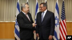 1일 이스라엘 텔 아비브에서 에후드 바락 이스라엘 국방장관(왼쪽)과 회동한 리언 파네타 미 국방장관.