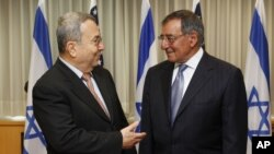 Menteri Pertahanan Israel Ehud Barak (kiri) dan Menteri Pertahanan Amerika Leon Panetta di Tel Aviv, Israel (1/8).
