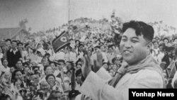 1994년 7월 평남 문덕군에서 군중들의 환호에 답례를 보내는 김일성 주석.