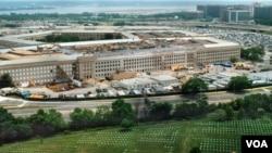 Un funcionario policial dijo que el hombre detenido fue descubierto durante la noche en el Cementerio Nacional de Arlington, cerca del Pentágono.
