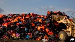 移民丢弃在希腊莱斯沃斯岛上的救生衣堆积如山。 (2015年9月24日)