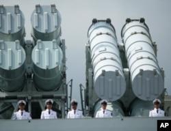 """""""海口號""""導彈驅逐艦上的導彈裝置。"""