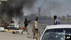利比亚反叛武装的战斗人员8月22日在的黎波里市中心作战