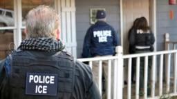 Tư liệu - Cảnh sát của Cơ quan Thi hành Di trú và Hải quan trong một chiến dịch truy quét ở Atlanta, bang Georgia, ngày 9 tháng 2, 2017.