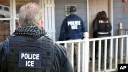 美國移民和海關執法局提供的這張照片顯示,在一次針對移民逃犯和外籍罪犯的執法行動中,該機構的執法人員來到喬治亞州亞特蘭大市一棟房子前(2017年2月9日)