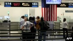 미국 플로리다 주 마이애미국제공항에서 여행객들이 세관 검사를 통과하기 위해 대기하고 있다. (자료사진)