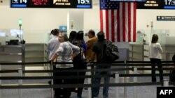 Para penumpang pesawat yang memasuki AS antri di tempat pemeriksaan Customs and Border Protection (CBP) saat tiba di bandara international Miami, Florida (foto: ilustrasi). Dua WNI ditahan oleh aparat keamanan CBP di bandara Los Angeles.