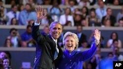 바락 오바마 미국 대통령이 27일 민주당 전당대회에서 힐러리 클린턴 후보를 위한 지지연설 마친 후, 함께 손을 흔들고 있다.