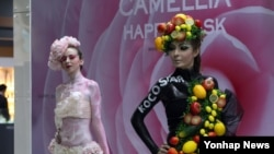 17일 고양 킨텍스에서 개막한 '제7회 대한민국 뷰티박람회'에서 한 화장품 업체가 바디페인팅한 모델로 홍보 행사를 하고 있다. 이번 행사에는 화장품, 헤어, 네일, 바디케어, 피트니스, 패션 등 뷰티산업 전 분야의 400개 회사가 참가했다.