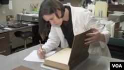 保存实验室人员修复古书 (刘恩民拍摄)