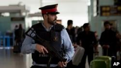Un policier à l'aéroport international de Barcelone, Espagne, 22 mars 2016.