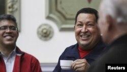 En esta foto del 12 de abril, el presidente venezolano Hugo Chávez conversa animadamente con el ex vice presidente José Vicente Rangel (derecha) y el actual ElíasJaua, ambos miembros del Consejo de Estado que fue completado este jueves 10 de mayo de 2012.