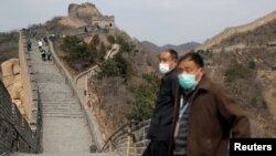 北京八達嶺長城重新開放第一日,戴著口罩的遊人遊長城。(2020年3月24日)