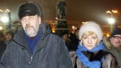 ایرنا کالیپ، روزنامه نگار (راست) به همراه همسرش آندره سانیکوف نامزد مخالفان دولت در انتخابات ریاست جمهوری