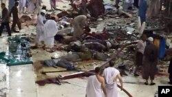救援人員在大清真寺發生意外的現場進行搜救工作。