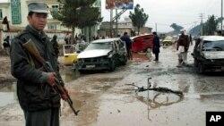 Seorang polisi Afghanistan mengamankan lokasi pasca serangan bom mobil (foto: dok).