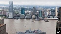 紐約號軍艦駛過曼哈頓世貿中心和9-11紀念園