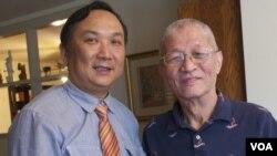 陳一諮(右)接受傑出民主人士獎