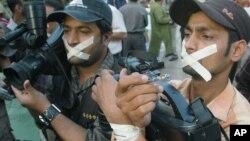 Para jurnalis Pakistan melakukan aksi unjuk rasa dengan menutup mulut mereka dengan plester (foto: ilustrasi).