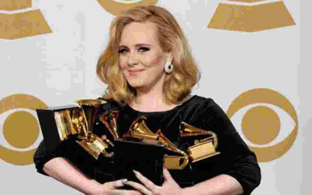 """Con su álbum '21', que fue el más vendido en Gran Bretaña, y su canción """"Rolling In The Deep"""", la artista británica Adele ganó los seis gramófonos a los que fue nominada."""