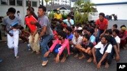 Imigran ilegal dari Myanmar dan Bangladesh tiba di Langkawi, Malaysia (11/5). (AP/Hamzah Osman)
