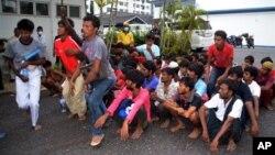 Imigran ilegal dari Myanmar dan Bangladesh tiba di kantor polisi di Langkawi, Malaysia (11/5). Pemerintah negara-negara Asia Tenggara tetap menyatakan keengganan mereka menerima para migran berperahu yang ditinggalkan para penyelundup mereka di tengah laut.