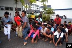 Di dân bất hợp pháp từ Myanmar và Bangladesh được tập trung tại đồn cảnh sát ở Langkawi, Malaysia, ngày 11/5/2015.