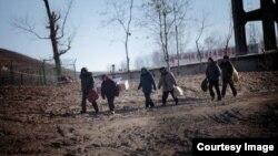 중국 남부 지역의 유력지인 '난팡두스바오' 산하 주간지 '남팡저우칸'은 26일 중국 내 탈북자들의 삶을 자세히 조명했다. '남팡저우칸' 웹사이트에 기사와 함께 실린 사진.