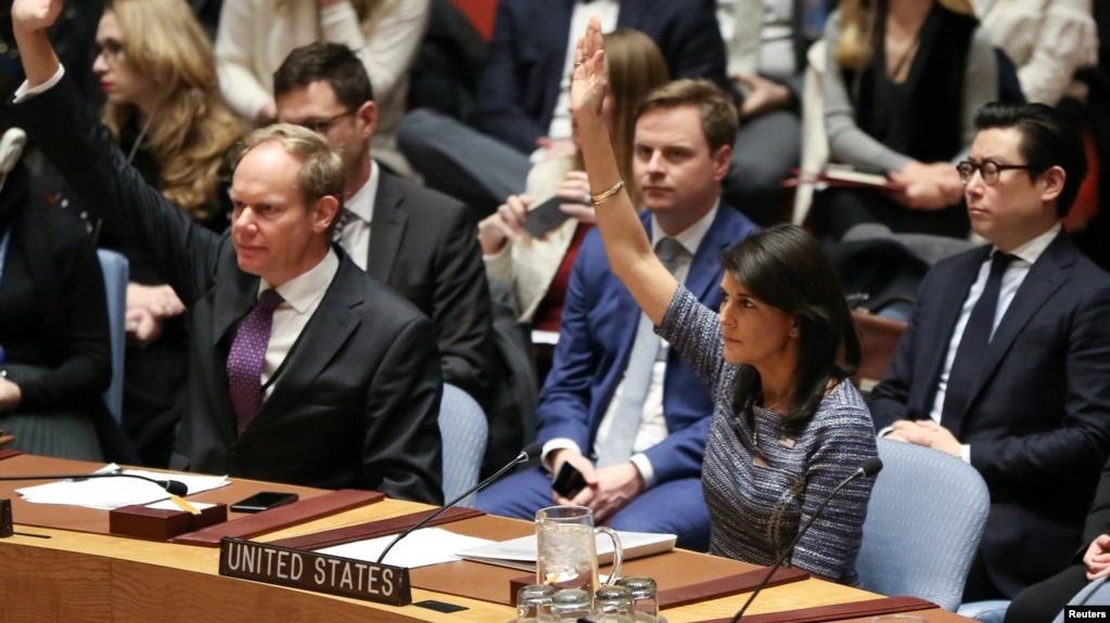 Đại sứ Mỹ tại Liên Hiệp Quốc Nikki Haley giơ tay biểu quyết tại Hội đồng Bảo an để áp đặt những chế tài mới lên Triều Tiên, tại trụ sở Liên Hiệp Quốc ở New York, ngày 22 tháng 12, 2017.