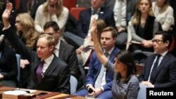 Embaixadora americana na ONU (àdiretas) e embaixador da Grã Bretanha votam a favor da nova resolução do Conselho de Segurança