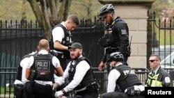 Полицейские и агенты спецслужб оказывают помощь пострадавшему